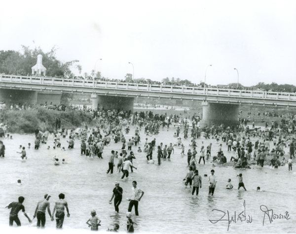 Songkran festival Ping River showing the new Nawarat Bridge that was opened in 1966. Picture by Boonserm Satrabhaya.