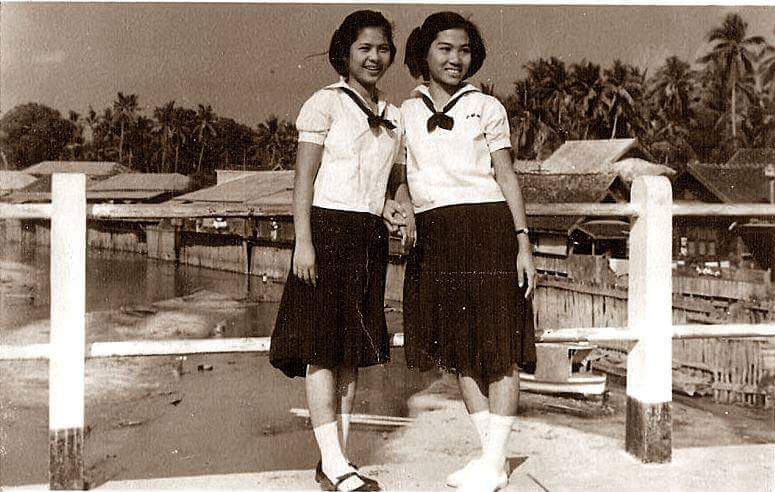 Unknown ladies posing on the bridge. Date unknown. Source FB page สะพานจันทร์สม-ขัวแขก Chansom Memorial Bridge.