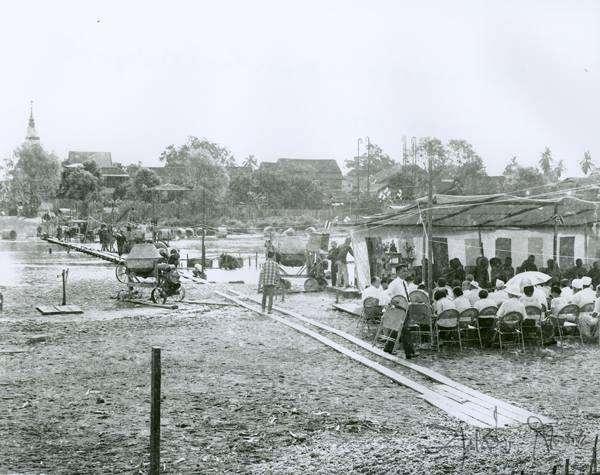Gathering before the construction of Khua Kaek. Picture by Boonserm Satrabhaya.