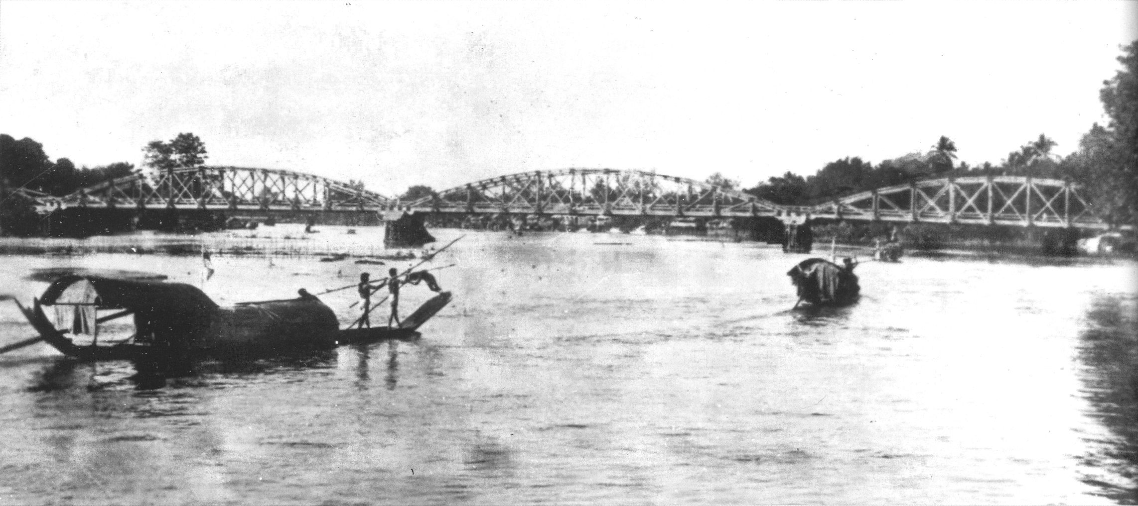 Lovely picture of boats on the Ping River and the first Nawarat Bridge.