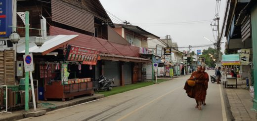 Monks in the main street in Pai in the early morning Floris Wever